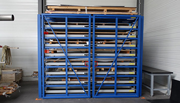 Compact storage system with extendable drawers